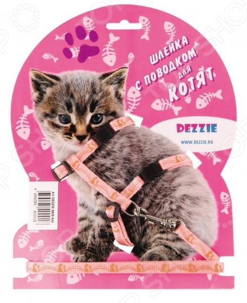 Набор для котят: шлейка и поводок DEZZIE Китти - оригинальный набор для вашего маленького котенка, который станет прекрасным решением для совместных прогулок. Стильная и красивая амуниция станет не только элегантным украшением вашего питомца, но и надежной защитой. С её помощью вы сможете следить за своим питомцем и направлять его во время прогулки. Входящие в набор шлейка и поводок выполнены из качественного нейлона, который в свою очень отличается своей прочностью и легкостью.