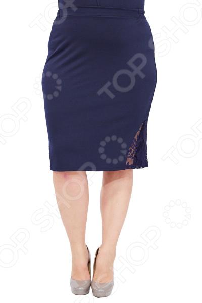 Юбка Матекс «Красавица». Цвет: синийЮбки<br>Юбка Матекс Красавица прекрасная вещь для создания легкого женственного образа, которая идеально впишется в ваш гардероб благодаря продуманному крою и приятному материалу. Фасон подойдет практически для любого типа фигуры.  Юбка классического кроя с удобным поясом на резинке.  По бокам предусмотрены декоративные вставки из кружева.  Длина ниже колена.  На фотографии юбка представлена в сочетании блузой Кристианна . Юбка сшита из ткани, состоящей на 65 из вискозы, на 30 из полиэстера и на 5 из лайкры. Плотный и мягкий материал хорошо тянется, не линяет, не скатывается, формы от стирки не теряет. Вставки выполнены из 100 полиэстера.<br>