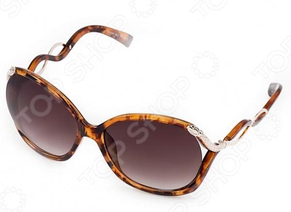 Очки солнцезащитные Mitya Veselkov MSK-7110Солнцезащитные очки<br>Очки солнцезащитные Mitya Veselkov MSK-7110 станут чудесным дополнением к набору ваших аксессуаров. Они не только уберегут глаза от вредного воздействия солнечного света, но и подчеркнут вашу индивидуальность, взыскательность и неповторимый вкус. Очки имеют продолговатую форму, снабжены стильной роговой оправой и фигурными дужками. Линзы солнцезащитные, выполнены из высококачественных, устойчивых к появлению царапин, материалов. Торговая марка Mitya Veselkov это синоним первоклассного качества и стильного современного дизайна. Компания занимается производством и продажей часов, запонок, кошельков, очков и т.д. Креативность, оригинальность и творческий подход вот основные принципы торгового бренда Mitya Veselkov.<br>