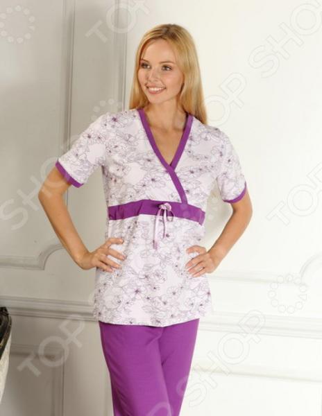 Пижама для беременных Nuova Vita 207.1 это блуза с запахом, предусмотренная для кормления малыша, с V-образным вырезом и с коротким рукавом. Под грудью проходит втаченная тесьма для завязки. Верхняя часть пижамы украшена орнаментом цветов. Брюки же имеют прямой силуэт, с заниженной талией, предусмотренной для растущего животика. Сшиты из однотонного трикотажа, очень практичны и удобны в носке. В этой пижамке будущая мама будет спать с большим удовольствием, так как одежда не притесняет, а лишь прилегает к телу. Вся продукция ТМ Nuova Vita универсальна, поэтому подходит как беременным, так и уже родившим мамам. Пижама подойдет как для сна в холодный сезон, так и в качестве комфортного комплекта для дома. Специальный крой позволит с удобством кормить малыша.