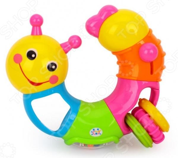 Игрушка-погремушка Huile Toys «Гусеница». В ассортиментеПогремушки. Подвески<br>Товар продается в ассортименте. Цвет изделия при комплектации заказа зависит от наличия товарного ассортимента на складе. Игрушка-погремушка Huile Toys Гусеница станет отличным приобретением для вашего крохи. Игры с ней будут способствовать развитию у малыша мелкой моторики рук, хватательного рефлекса, цветового и звукового восприятия. Погремушка выполнена в ярких красочных цветах, ее края закруглены во избежание травмирования ребенка. Игрушка состоит из шести вращающихся секций, снабжена зеркальцем, подвижными кольцами и переключателем щелкалкой . Предназначено для детей в возрасте от 6-ти месяцев.<br>