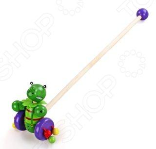 Каталка для малыша Mapacha Динозаврик прекрасная развивающая игрушка, которая станет отличным подарком для вашего малыша. Каталка выполнена в виде динозаврика, к которому приделана палка для того, чтобы ребенку было удобно везти игрушку за собой или перед собой. Ручку можно открепить и играть с игрушкой без неё. К колесикам каталки приделаны разноцветные деревянные шарики, которые гремят во время движения. Такая игрушка помогает сделать первые шаги и освоить навыки ходьбы. Развивает координацию движений и способность ориентироваться в пространстве. Требует сборки.