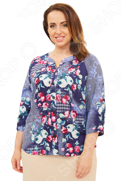 Блуза СВМ-ПРИНТ «Цветы Марии». Цвет: синий, голубойБлузы. Рубашки<br>Блуза СВМ-ПРИНТ Цветы Марии незаменимая вещь в гардеробе модницы. Подойдет для женщин практически любой комплекции, ведь особенности кроя помогают скрыть недостатки и подчеркнуть достоинства фигуры. Эта блуза отлично подойдет для повседневного использования.  Удобная длина на уровне бедра будет идеально смотреться на женщинах с любым типом фигуры и любого возраста.  V-образный вырез горловины удлиняет шею и украшает область декольте, а широкие рукава 3 4 скрывают недостатки в области плеч.  Блуза застегивается на пуговицы.  На фото представлена с юбкой Венера . Блуза изготовлена из высококачественного трикотажа 100 хлопок . Благодаря натуральному материалу кожа будет дышать. Уникальная модель, которую можно приобрести только на нашем телеканале!<br>