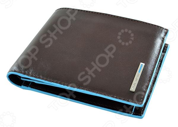 Портмоне Piquadro Blue Square PU1240B2/MOКошельки. Портмоне<br>Портмоне Piquadro Blue Square PU1240B2 MO это качественный стильный мужской аксессуар. Большинство представителей сильного пола оценят такой подарок. Ведь помятые купюры, вынутые из кармана, создадут не лучшее впечатление о мужчине. Эта оригинальная модель портмоне выполнена из телячьей кожи и способна защитить денежные купюры и визитные карточки от воздействий окружающей среды.<br>