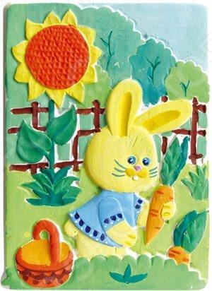 Барельеф Фантазер Зайка с морковкой это красочный барельеф, который позволит вашему ребенку создать прекрасную картину, а также развлечет всю семью. Соберите этот шедевр и вы сможете украсить им стену, закрепить на столе, либо на любой другой поверхности. Используйте специальные формы и быстроотвердевающую смесь, после отливки гипса вы сможете раскрасить детали. Игра отлично развивает мелкую моторику пальцев, логику и пространственное мышление.