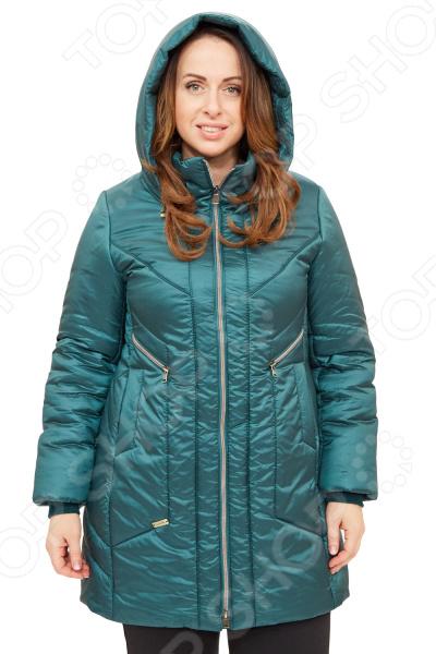 Куртка D`imma «Пилар». Цвет: зеленыйВерхняя одежда<br>Куртка D imma Пилар создана с учетом всех особенностей женской фигуры. Она идеально подойдет для женщин любого возраста и комплекции. Продуманный дизайн изделия позволяет скрыть недостатки и подчеркнуть достоинства фигуры.  Модная куртка с фасоном, напоминающим укороченное пальто.  Предусмотрен удобный капюшон.  Вертикальный орнамент, образуемый рельефными строчками на полочке и спинке изделия, визуально стройнят фигуру.  Центральная застежка на молнию.  Вшивной рукав.  Модель дополняют карманы на молниях.  На фотографии куртка представлена в сочетании с брюками Уран . В качестве утеплителя используется материал файбертек плотностью 200 гр м, обеспечивающий комфорт даже в морозную погоду вплоть до -25 C .<br>