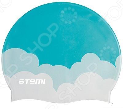 Шапочка для плавания Atemi PSC413Шапочки для плавания взрослые<br>Шапочка для плавания Atemi PSC413 - выполнена из высококачественного силикона устойчивого к воздействию хлорированной воды, что позволяет обеспечить длительный срок использования. Шапочка защитит ваши волосы от излишней влаги, и они останутся относительно сухими. Так же использование шапочки убережет волосы от негативного влияния хлора и других химических средств, которые используют для очищения воды в бассейнах. Ношение шапочки - обязательное требование большинства бассейнов, так как это позволяет уберечь фильтры от волос.<br>