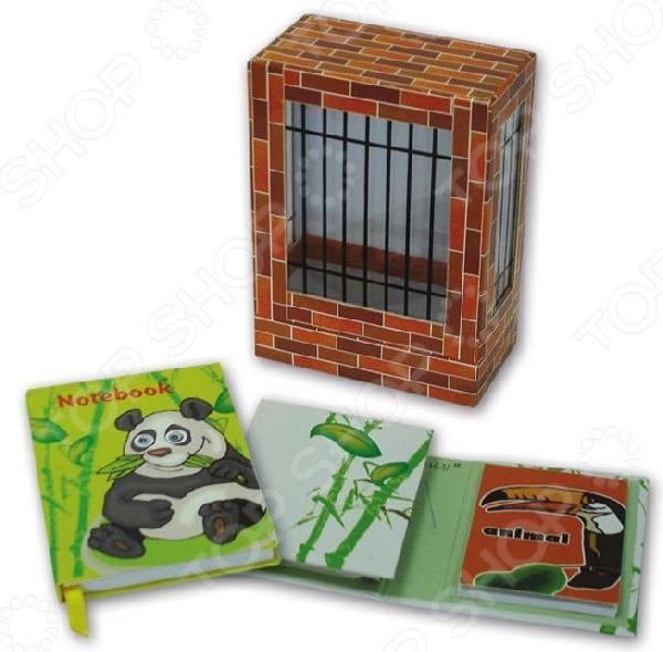 Набор канцелярский подарочный Феникс Зоопарк 3 состоит из двух блокнотов и записной книжки. Все изделия упакованы в яркую коробочку в виде клетки. Представленный комплект может стать прекрасным подарком для малыша, который учится или уже научился писать сам.