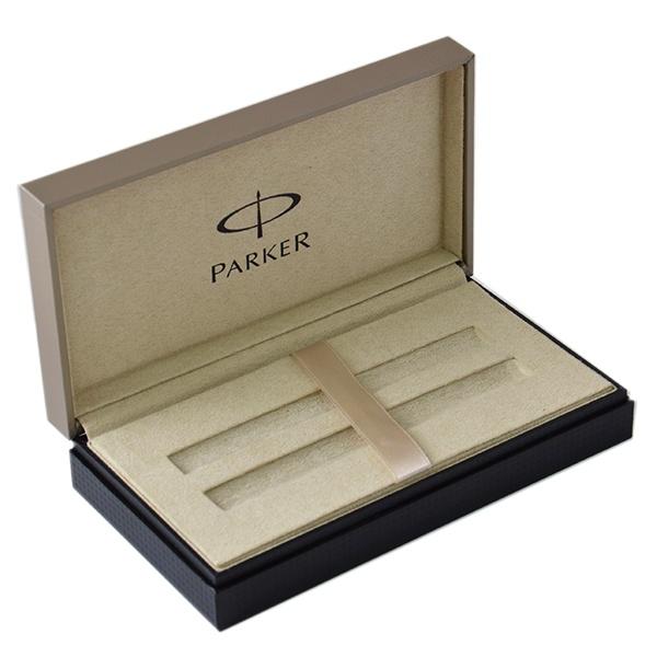 Коробка подарочная для ручек Parker PremiumСувенирная канцелярия<br>Коробка подарочная для ручек Parker Premium прекрасное оформление элегантного подарка в виде ручки от бренда Parker. Подарочная коробка серии Parker Premium обладает солидным внешним видом, который позволяет сделать подарок ещё более весомым и ценным. Верхняя часть коробки изготовлена из качественной бумаги цвета шампанского с сатиновым эффектом. На ней вытеснен логотип бренда. Нижняя часть имеет черное клетчатый рисунок, который отлично сочетается с монохромным верхом. Между двумя основаниями имеется выемка, которая придает ощущение двойной коробки. Мягкий текстиль цвета шампанского в качестве в качестве внутренней отделки также дополнен логотипом, который нанесен с помощью метода тампо печати. Коробка имеет двухстороннюю платформу, которая позволяет вложить сразу две ручки. Вместительно дно позволит также положить упаковку с картриджами, стержни и листовку.<br>