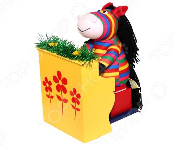 Игрушка интерактивная поющая Ваш подарок «Конь Музыкант»Интерактивные подарки<br>Игрушка интерактивная поющая Ваш подарок Конь Музыкант станет отличным подарком для людей с хорошим чувством юмора. Разноцветная лошадка с пышной черной гривой никого не оставит равнодушным, рассмешит и поднимет настроение всем без исключения. При включении она начинает играть на пианино, напевая песню из известного кинофильма Зимний вечер в Гаграх  Давай пожмем друг другу руки . Игрушка работает от трех батареек типа АА приобретаются отдельно .<br>