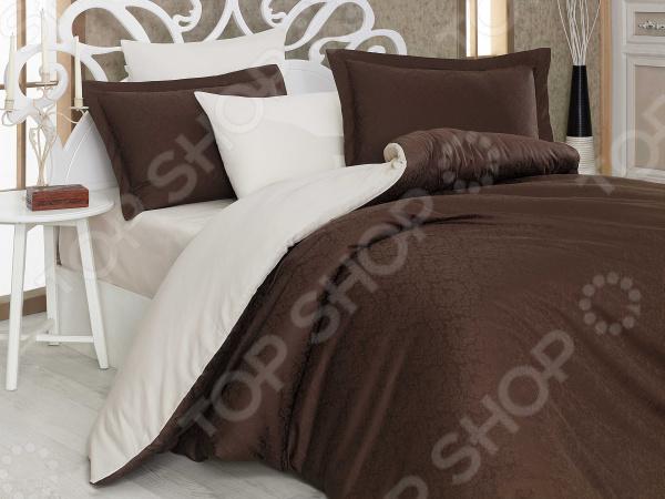 Комплект постельного белья Hobby Home Collection Damask. Цвет: коричневый. ЕвроЕвро<br>Спальня один из важнейших уголков квартиры. Это место, где человек может отдохнуть и набраться сил после трудного рабочего дня, прочитать любимую книгу и просто побыть вместе со своей второй половинкой. Именно поэтому к оформлению спальной комнаты следует подходить с большой ответственностью. Комплект постельного белья Hobby Home Collection Damask прекрасное решение для любой спальни. Вас приятно удивит сочетание высококачественного материала, пастельной цветовой гаммы и изящного дизайна. Утонченный узор на шоколадном фоне станет органичным продолжением интерьера, привнесет в него особый уют, комфорт и гармонию.  Все лучшее для вашего дома! Постельное белье изготовлено из натурального хлопка и шелка. Вместе они создают, по истине, великолепную композицию сочетание роскоши и функциональности, благородства и торжественности. Благодаря особому плетению формируется объемный рисунок с красивейшим отблеском. Немаловажное достоинство отсутствие изнанки. Именно поэтому постельное белье выглядит превосходно с любой стороны. Отличие лишь в том, что с внутренней стороны узор вдавленный, а с внешней рельефный и выпуклый. Однако, помимо декоративных качеств, эти постельные принадлежности поражают и своими характеристиками:  плотная и очень прочная ткань;  невероятно мягкая шелковистая текстура;  высокие показатели износоустойчивости;  отсутствие аллергенов;  хорошая гигроскопичность и воздухопроницаемость;  устойчивость материала к деформациям и усадке;  легкость эксплуатации изделий. Создайте спальню своей мечты Комплект постельного белья от Hobby Home Collection залог комфортного сна и отдыха. Ведь зависят они не только от упругости матраца или температуры помещения, но и от материала, который соприкасается с нашим телом. А хлопок невероятно мягок, приятен на ощупь и дает вашей коже дышать. К тому же, он не содержит аллергенов, что очень важно. Нежный узор наполнит каждый уголок спальни спок