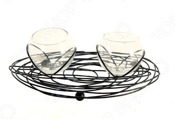 Подсвечник на подставке для двух свечей 87303Свечи. Подсвечники<br>Подсвечник на подставке для двух свечей 87303 оригинальный предмет декора, привлекающий своим утонченным оригинальным дизайном. Подсвечники на витиеватой основе станут отличным дополнением интерьера, украсят прикроватную полку или сервант, рабочий или обеденный стол. Столь оригинальный аксессуар внесет в помещение свежие нотки, обновит обстановку квартиры или же станет приятным подарком для родных или близких. Основа конструкции выполнена из высококачественного металла. Этот материал отличается прочностью, долговечностью и устойчивостью к различным внешним воздействиям. Металл не содержит вредных включений и не требует к себе особого ухода, он прекрасно переносит резкие перепады температур и влияние агрессивных сред. Чаши для свечей изготовлены из жаростойкого стекла.<br>