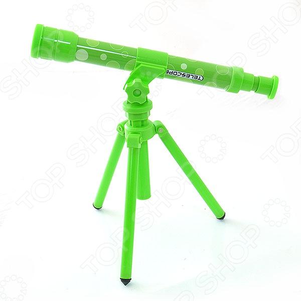 Телескоп с подставкой Shantou Gepai «Маленький астроном». В ассортиментеОптические игрушки<br>Товар продается в ассортименте. Цвет изделия при комплектации заказа зависит от наличия товарного ассортимента на складе. Телескоп с подставкой Shantou Gepai Маленький астроном станет отличным подарком для юного астронома. Чтобы настроить прибор, наблюдателям следует поворачивать трубку окуляра до тех пор, пока изображение не станет четким. Корпус подзорной трубы выполнен из прочного пластика, потому прослужит долгое время. Кроме того, в наборе с детским телескопом есть подставка тренога.<br>