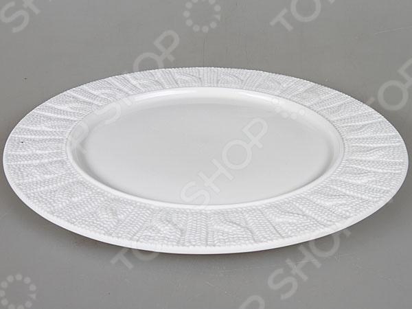 Тарелка Rosenberg 1004 блестяще выполненная тарелка, которая непременно станет украшением как для праздничного, так и для обеденного стола. Тарелка выполнена из высококачественной стеклокерамики и декорирована оригинальным орнаментом по бокам. Подходит как для горячей, так и для холодной пищи.