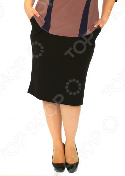 Юбка Laura Amatti «Лот 1029». Цвет: черныйЮбки<br>Юбка Laura Amatti Лот 1029 прекрасная вещь для создания легкого женственного образа, которая идеально впишется в весенне-летний гардероб благодаря свободному крою и приятному материалу. Удобная юбка сделана из легкой ткани, поэтому прекрасно подойдет для повседневного использования.  Юбка-карандаш классического кроя.  Пояс на резинке удобно сидит на талии и не ограничивает движений.  Длина чуть ниже колена, сзади есть разрез. Юбка сшита из приятной на ощупь ткани 40 хлопок, 55 полиэстер, 5 лайкра . Материал не мнется, не скатывается и не линяет, быстро высыхает после стирки.<br>