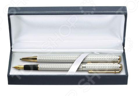 Набор ручек Erich Krause Essential CD10 Mountain Engraving 50909 сувенирные ручки представительского класса, которые прекрасно лежат в руке и очень практичны в любой ситуации. Такие ручки используются при подписании важных договоров. Стильный дизайн сделает подходящим подарком для друга или коллеги. Корпус ручки обработан с использованием исключительно натуральных материалов. Натуральная отделка прекрасно соответствует стилю, который угадывается во всех аспектах ее формы и дизайна.  Набор: шариковая ручка, перьевая ручка.  Фактурный металлический корпус.  Ручки упакованы в подарочный футляр.  Внутренняя отделка футляра белый атлас.  Пишущий узел: 1 мм.  Размер ручки: 14 см.
