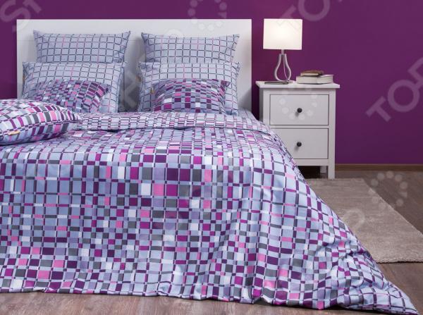 Комплект постельного белья Хлопковый Край «Оксфорд» 5581/1. СемейныйСемейные<br>Комплект постельного белья Хлопковый Край Оксфорд 5581 1 это удобное постельное белье, которое подойдет для ежедневного использования. Чтобы ваш сон всегда был приятным, а пробуждение легким, необходимо подобрать то постельное белье, которое будет соответствовать всем вашим пожеланиям. Приятный цвет, нежный принт и высокое качество ткани обеспечат вам крепкий и спокойный сон. Бязь, из которой сшит комплект отличается следующими качествами:  достаточно мягка и приятна на ощупь, не имеет склонности к скатыванию, линянию, протиранию, обладает повышенной гигроскопичностью, практически не мнется, не растягивается, не садится, не выгорает, гипоаллергенна, хорошо отстирывается и не теряет при этом своих насыщенных цветов;  современное нанесение рисунка прекрасно передаёт цвет и мельчайшие детали изображения;  за счёт специального переплетения волокон ткань устойчива к механическим воздействиям.  Перед первым применением комплект постельного белья рекомендуется постирать. Перед стиркой выверните наизнанку наволочки и пододеяльник. Для сохранения цвета не используйте порошки, которые содержат отбеливатель. Рекомендуемая температура стирки: 40 С и ниже без использования кондиционера или смягчителя воды. Постельное белье позволит разнообразить весь ваш интерьер. Ведь застеленная таким красивым комплектом кровать не может не привлекать взгляд. Приятная цветовая гамма и классический рисунок наполнят спальню особым шармом и теплом. Каждая минута, проведенная в комнате, будет вызывать исключительно приятные эмоции. Если к вам внезапно заглянут гости, то они без сомнения оценят ваш удачный вкус. В подарок идёт симпатичный магнитик, который принесет вам множество радостных моментов! Его можно использовать в качестве декорации холодильника или других металлических элементов. Этот комплект может стать прекрасным подарком на свадьбу или удачным подарком на любой праздник для ваших знакомых или родных!<br>