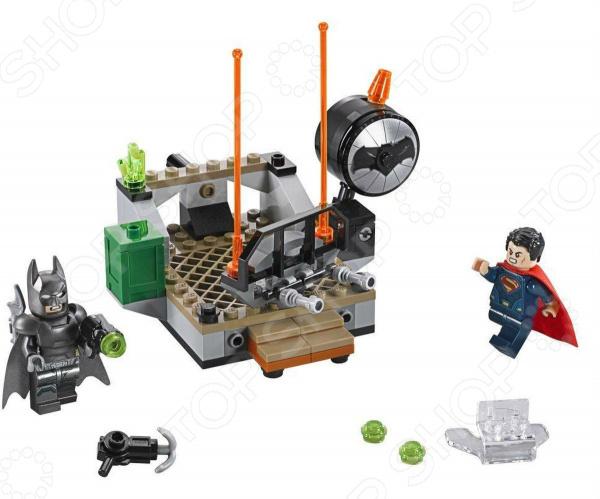 Конструктор LEGO «Битва Супергероев»Конструкторы LEGO<br>Конструктор LEGO Битва Супергероев оригинальный комплект, состоящий из деталей, с помощью которых можно собрать целую сцену из Бэтмена против Супермена. Все детали выполнены из нетоксичных материалов, поэтому полностью безопасны. Детский конструктор является достаточно практичным учебным пособием, так как он развивает память, мышление, логику, фантазию, а также моторику рук. Сборка конструктора подарит ребенку массу удовольствия и приятное времяпрепровождение. Преимущества:  Множество оригинально выполненных элементов.  Увлекательный процесс сборки.  Качественный материал.<br>