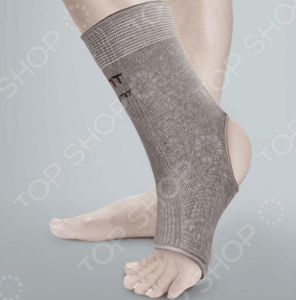 Бандаж на голеностопный сустав эластичный Timed Ti-201Бандаж на голеностопный сустав эластичный Timed Ti-201 предназначен для фиксирования голеностопного сустава после растяжения или травмы. Данная модель выполнена из дышащей ткани, которая бережно обхватывает сустав, стабилизирую давление в поврежденных мышцах и связках. Бандаж не перетягивает кожу и не пережимает кровеносные сосуды. Он равномерно облегает поврежденный сустав не мешая циркуляции лимфы. Ткань выполнена из эластичного материала, который отлично пропускает воздух и влагу, поддерживая оптимальный микроклимат. Также, комфортному состоянию способствует открытая пятка изделия. Ткань выполнена по особой технологии вязки разных частей, рассчитывая необходимую фиксацию для определенных участков поврежденного сустава. Бандаж часто используется как профилактика травм при занятиях спортом. Показания к применению:  легкие растяжения и травмы;  период реабилитации после травм и операций;  во время занятий спортом. Бандаж рекомендуется стирать в ручную при температуре до 30 градусов. Перед стиркой следует застигнуть контактные липучки, чтобы те не потеряли способность прикрепляться к ткани. Изделие нельзя выжимать или тереть. Сушить желательно в расправленном виде и вдали от нагревательных приборов. Материал теряет свои свойства от применений отбеливателей, растворителей и глажки.<br>