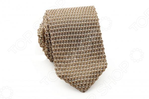 Галстук Mondigo 32055Галстуки. Бабочки. Воротнички<br>Галстук - важный элемент гардероба в жизни каждого мужчины. Сегодня сложно себе представить современного делового мужчину без галстука и это не удивительно, ведь именно галстук является главным атрибутом делового стиля. Не редко, для делового мужчины галстук - одна из немногих деталей, которая позволяет выразить свою индивидуальность, особенно в случаях, когда необходимо соблюдать строгий дресс-код. Однако, галстук уже давно вышел за пределы деловой сферы. Сегодня многие мужчины предпочитающие стиль кэжуал, так же активно прибегают к помощи различных галстуков для создания своего уникального образа. Галстуки стали очень разнообразными как по виду и цвету, так и по форме и материалу изготовления, благодаря этому их можно активно носить не только в офис и на деловых встречах, но даже на отдыхе и в повседневной жизни. Галстук Mondigo 32055 - оригинальная модель, которая станет завершающим штрихом в образе солидного мужчины. Правильно подобранный галстук позволяет эффектно выделить выбранный вами стиль, подчеркнуть изысканность и уникальность его владельца. Респектабельная модель галстука из бежевой пряжи выглядит очень благородно. Модель выполнена из высококачественного вязаного полотна. Ширина у основания 6 см.<br>