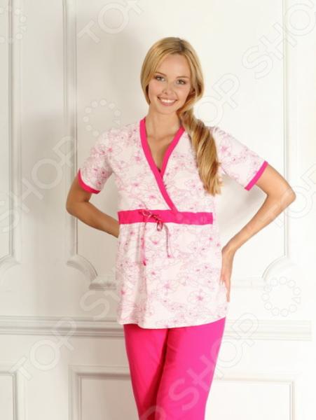 Пижама для беременных Nuova Vita 207.2 это блуза с запахом, предусмотренная для кормления малыша, с V-образным вырезом и с коротким рукавом. Под грудью проходит втаченная тесьма для завязки. Верхняя часть пижамы украшена орнаментом цветов. Брюки же имеют прямой силуэт, с заниженной талией, предусмотренной для растущего животика. Сшиты из однотонного трикотажа, очень практичны и удобны в носке. В этой пижамке будущая мама будет спать с большим удовольствием, так как одежда не притесняет, а лишь прилегает к телу. Вся продукция ТМ Nuova Vita универсальна, поэтому подходит как беременным, так и уже родившим мамам. Пижама подойдет как для сна в холодный сезон, так и в качестве комфортного комплекта для дома. Специальный крой позволит с удобством кормить малыша.