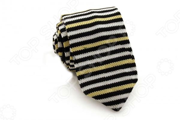 Галстук Mondigo 32019 это галстук из высококачественной микрофибры с применением оригинального плетения. Он выполнен плотной лицевой вязкой, подходит как для повседневной одежды, так и для эксклюзивных костюмов. Подберите галстук в соответствии с остальными деталями одежды и вы будете выглядеть идеально! В современном мире все большее распространение находит классический стиль одежды вне зависимости от типа вашей работы. Даже во время отдыха многие мужчины предпочитают костюм и галстук, нежели джинсы и футболку. Если вы хотите понравится девушке, то удивить ее своим стилем это проверенный метод от голливудских знаменитостей. Для того, чтобы каждый день выглядеть по-новому нет необходимости менять галстуки, можно сменить вариант узла, к примеру завязать:  узким восточным узлом, который подойдет для деловых встреч;  широким узлом Пратт , который прекрасно смотрится как на работе, так и во время отдыха;  оригинальным узлом Онассис , который удивит всех ваших знакомых своей неповторимый формой.