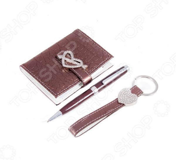 Набор подарочный: ручка, визитница и брелок 140231Визитницы. Кредитницы<br>Набор подарочный: ручка, визитница и брелок 140231 замечательный подарок дорогому человеку. Иногда в честь знаменательного случая хочется подарить нечто такое, что станет ценным сувениром и будет напоминать о важном событии даже через много лет. На помощь приходят подобного рода наборы, которые и смотрятся солидно, и полезными окажутся. Подарочный набор содержит брелок, шариковую ручку и визитницу из кожзаменителя.<br>