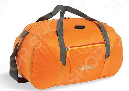 Сумка дорожная Tatonka Squeezy DuffleСумки дорожные<br>Сумка дорожная Tatonka Squeezy Duffle это легкая плечевая сумка, которая пригодится любому путешественнику. Сделана из материала T-Rip Light с силиконовым покрытием. В сумке есть основной отдел и боковой карман, которые застегиваются на молнии. Предусмотрен плечевой регулируемый ремень и две лямки для ручной транспортировки. Главная особенность этой сумки в том, что ее можно компактно упаковать в небольшой карман-кошелек, который поставляется с ней в комплекте. В собранном виде за карабин сумку можно подвесить к другому багажу или к велосипеду, и она будет занимать совсем немного места. В зависимости от размеров изделия вместимость сумки варьируется в диапазоне от 30 до 65 литров.<br>