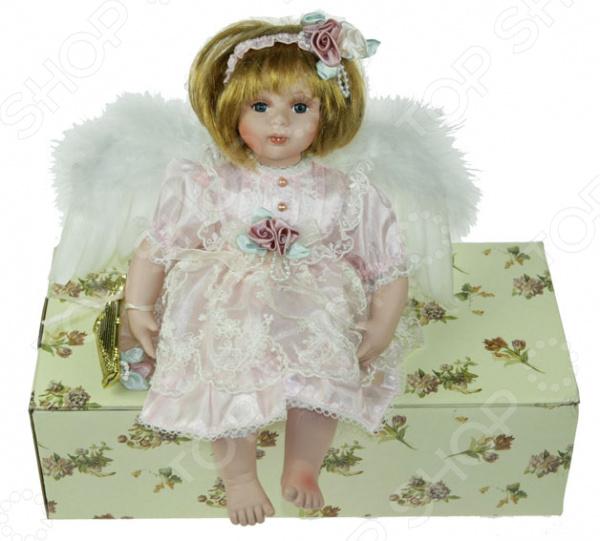 Кукла коллекционная «Ангелочек»Статуэтки и фигурки<br>Фарфоровые куклы всегда были воплощением красоты, утонченности и изящества. Их история и массовая популяризация началась со стремления Франции окончательно закрепить за собой статус страны-законодательницы мод. В то время куклы использовались в роли уменьшенных манекенов для демонстрации различных нарядов, аксессуаров и косметики. Сегодня же они являют собой настоящие произведения искусства, которые становятся центром музейных экспозиций и знаменитых кукольных коллекций. Кукла коллекционная Ангелочек займет почетное место в вашей домашней коллекции. Ее образ изыскан и неповторим, отличается великолепной проработкой и особым вниманием к деталям. Ангелочек наряжен в пышное белое платьице, а его светлые волосы украшены ободком. Платье куклы декорировано оборками и кружевными вставками.<br>