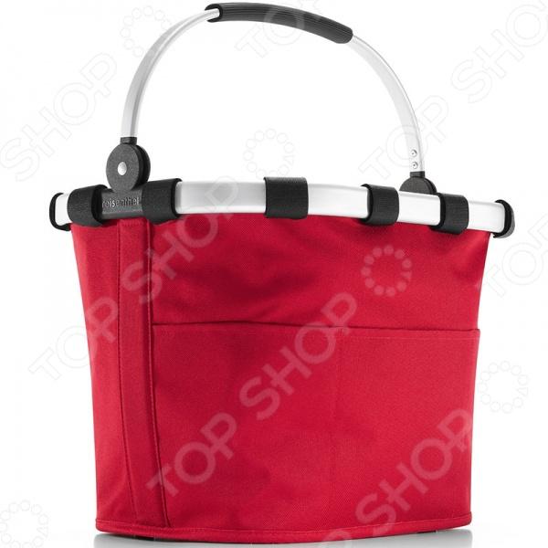 Корзина велосипедная Reisenthel Bikebasket Plus - отличная находка для тех, кто часто ездит по магазинам, на пикники на велосипедах, но при этом не любит таскать с собой тяжелые пакеты или сумки с едой и закуской. С ней вы сможете забыть о неудобных и постоянно рвущихся пакетах, которые не только мешаются, но и очень негативно влияют на окружающую среду. Просто установить корзину на ваш велосипед с помощью специального крепления на руль. Надежная алюминиевая основа и укрепление дно гарантируют стабильность и надежность. Внутри есть специальный кармашек для телефона и несколько других для мелоче1.Корзина способна вместить до 12 л и выдерживает находку до 5 кг. Оригинальный и модный дизайн сумки обязательно придется вам по вкусу.