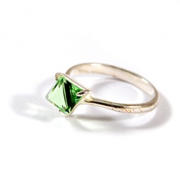 фото Кольцо Jenavi Кубик. Вставка: Swarovski зеленый кристалл