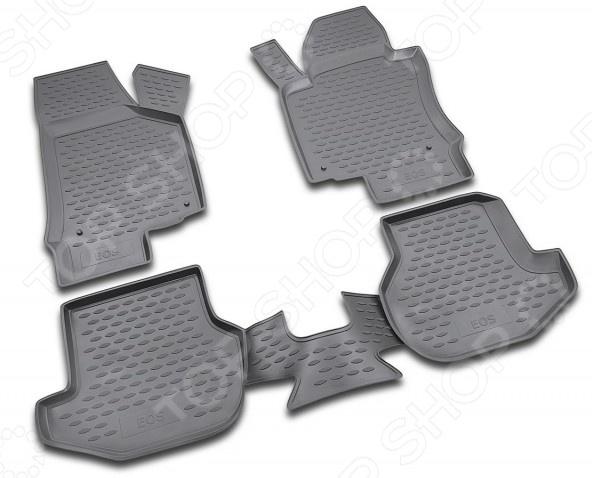 Комплект ковриков в салон автомобиля Novline-Autofamily Volkswagen Eos 2007Коврики в салон<br>Комплект ковриков в салон автомобиля Novline Autofamily Volkswagen Eos 2007 поможет обеспечить чистоту и комфортные условия эксплуатации вашего автомобиля. Используйте эти коврики, чтобы защитить оригинальное покрытие пола от грязи, пыли, пятен и воздействия влаги. Изделия созданы из экологически чистого полимерного материала, прошедшего строгий гигиенический контроль. Оцените основные преимущества полиуретановых ковриков Novline:  Нейтральность к агрессивному воздействую различных химических сред.  Высокая устойчивость к значительным перепадам температур в диапазоне от -50 до 50 C .  Устойчивость к воздействию ультрафиолетовых лучей.  Значительно легче резиновых аналогов. Легко очищаются от грязи, обладают повышенной износостойкостью.  Свойства материала и текстура поверхности коврика обеспечивают противоскользящий эффект.  Форма ковриков разработана с учетом особенностей конкретной марки и модели автомобиля применяется технология 3D-сканирования для максимальной точности , что избавляет владельца от необходимости их подгонки под салон своей машины. Коврики надежно фиксируются на своих местах и не смещаются.  Передняя часть водительского ковра имеет специальную форму, исключающую зацепление педали за изделие.<br>
