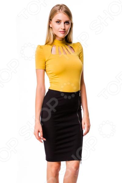 Блузка Mondigo 6142. Цвет: горчичныйБлузы. Рубашки<br>Блузка Mondigo 6142 это модная и стильная блузка из качественного материала. Блузка это базовая вещь женского гардероба. Во-первых, это любимая офисная одежда многих женщин. Во-вторых, ее можно надеть на прогулку или вечеринку. Все зависит от того, с какими другими деталями гардероба и с какими аксессуарами надевать блузку. Изящество модели придают небольшие вырезы у линии горловины. Сзади горловина застегивается на две пуговицы. Блузка сшита из ткани, которая на 95 состоит из вискозы. Поэтому ткань обладает антиаллергическими свойствами, хорошей воздухонепроницаемостью и приятными тактильными качествами. Благодаря добавлению эластана блузка превосходно садится по фигуре, при этом не теряет форму и цвет даже после многократных стирок при условии соблюдения рекомендаций по уходу от производителя .<br>