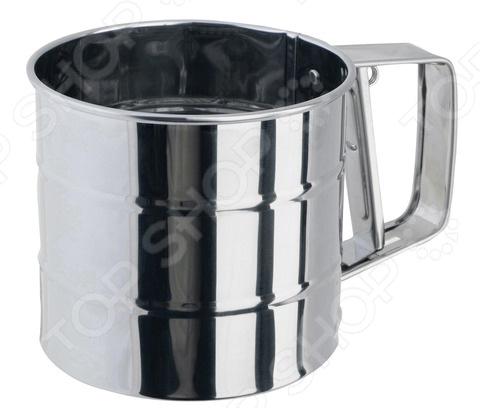 Кружка-сито Regent 93-AC-PR-04.1Дуршлаги. Сито<br>Стильная кружка-сито Regent 93-AC-PR-04.1 станет практичным дополнением на кухне, которое облегчит процесс готовки. Это оригинальное исполнение классического сита, которое представляет собой металлическую чашку со стальной сеткой вместо дна. Корпус выполнен из высококачественной нержавеющей стали с зеркальной полировкой, которая обеспечит посуде гигиеничность и долгий срок службы. Основным отличием этого прибора является наличие механизма, с помощью которого станет проще просеивать сыпучие смеси. Дно, выполненное из нержавеющей стали, начинает медленно вращаться, если нажать на рычаг, который расположен на ручке чашки. Механическое сито упростит процесс просеивания, чем позволит сэкономить время каждой хозяйки.<br>