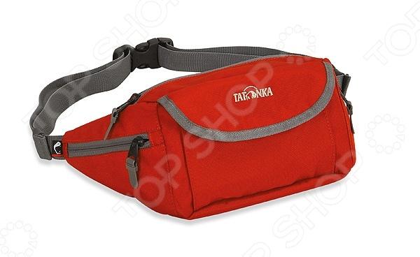 Сумка поясная Tatonka Funny Bag MСумки поясные<br>Сумка поясная Tatonka Funny Bag M это отличный способ носить с собой необходимые мелочи и при этом не занимать руки. Такую сумку по достоинству оценят любители путешествий и прогулок на велосипедах. В сумке есть четыре кармана, в которые вы сможете положить все, что может вам потребоваться в дороге. Дополнительную безопасность содержимого обеспечивают замки на молнии и на липучке.<br>
