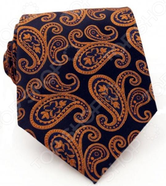 Галстук Mondigo 33004Галстук Mondigo 33004 это галстук из высококачественной микрофибры, который украшен элегантным узором пейсли оранжевого цвета. Он подходит как для повседневной одежды, так и для эксклюзивных костюмов. Подберите галстук в соответствии с остальными деталями одежды и вы будете выглядеть идеально! В современном мире все большее распространение находит классический стиль одежды вне зависимости от типа вашей работы. Даже во время отдыха многие мужчины предпочитают костюм и галстук, нежели джинсы и футболку. Если вы хотите понравится девушке, то удивить ее своим стилем это проверенный метод от голливудских знаменитостей. Для того, чтобы каждый день выглядеть по-новому нет необходимости менять галстуки, можно сменить вариант узла, к примеру завязать:  узким восточным узлом, который подойдет для деловых встреч;  широким узлом Пратт , который прекрасно смотрится как на работе, так и во время отдыха;  оригинальным узлом Онассис , который удивит всех ваших знакомых своей неповторимый формой.<br>