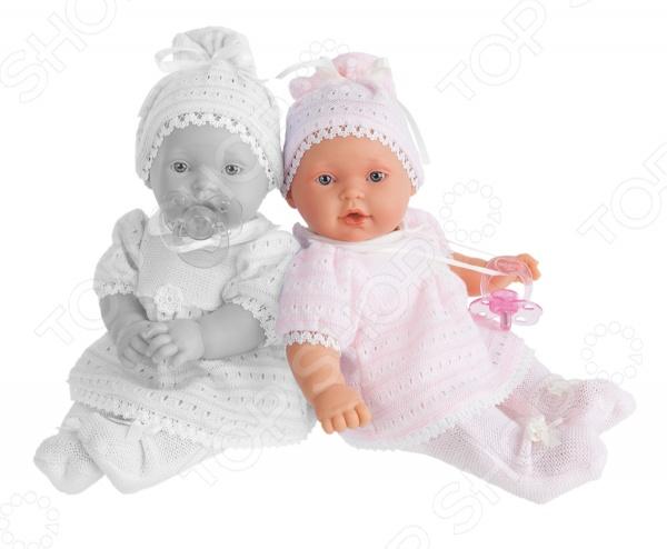 Пупс интерактивный Munecas Antonio Juan Лана - станет замечательным подарком для любой девочки. Эта очаровательная куколка так похожа на настоящего ребенка. Она одета в милый детский комплект одежды,а на головке - шапочка. Личико выполнено с детальной прорисовкой, что делает игрушку еще более натуральной и естественной. Эта куколка приготовила для своей обладательницы сюрприз: малышка умеет плакать, но стоит вставить ей соску в ротик, как она тут же успокоится. Игры с куклой способствуют развитию фантазии, воображения и абстрактного мышления, отлично подходит для сюжетно-ролевых игр. Кукла изготовлена из высококачественных экологически чистых материалов, абсолютно безопасных для ребенка.