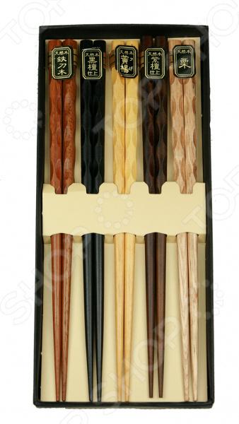 Палочки для суши на 5 персонНаборы для суши<br>Палочки для суши на 5 персон изготовлен из натурального бамбука, поэтому будет идеально сочетаться с продуктами питания. Палочки имеют защитное лаковое покрытие это значительно облегчает прием пищи и последующее очищение изделий. Набор рекомендуется мыть в теплой воде без использования чистящих средств с абразивными включениями. Такой комплект идеально подойдет для поклонников восточного деликатеса, которые предпочитают готовить его собственными руками. Ведь японцы крайне щепетильно относятся к вопросам еды, поэтому тем, кто решается приготовить суши в домашних условиях и желает полностью погрузиться в особую атмосферу восточной кухни, также нужно обзавестись всеми необходимыми элементами в частности, специальным набором для суши. А изящный узор и приятная цветовая гамма сделают комплект не только полезным дополнением кухонной утвари, но и настоящим украшением интерьера.<br>