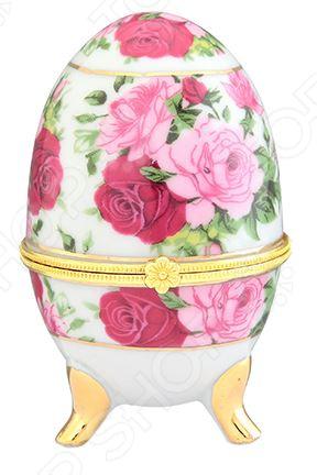 Шкатулка сувенирная Elan Gallery «Розовый букет»Шкатулки<br>Шкатулка сувенирная Elan Gallery Розовый букет не только внесет яркий акцент в интерьер дома, но и отлично подойдет в качестве подарка родным и близким. Не секрет, что уют и домашний комфорт, создаются именно из таких, казалось бы привычных и обыденных, на первый взгляд, мелочей. Вазы, статуэтки, шкатулки, рамки с фотографиями все это делает интерьер особенным и вносит завершающий штрих в его оформление. Шкатулка выполнена из высококачественного фарфора и украшена нежным цветочным рисунком. Изделия из этого материала отличаются особой утонченностью, разнообразием форм и изяществом линий. Возможно поэтому, фарфоровые фигурки являются такими популярными, как среди коллекционеров, так и среди простых обывателей. Подобные элементы декора широко используются в дизайне интерьера и позволяют придать ему еще больше гармоничности, нетривиальности и стилистической завершенности. Рекомендации по уходу: время от времени протирайте шкатулку мягкой тканью от пыли, не применять абразивные моющие средства.<br>