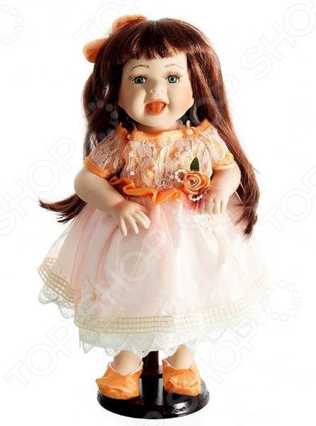 Кукла коллекционная «Нина»Статуэтки и фигурки<br>Фарфоровые куклы всегда были воплощением красоты, утонченности и изящества. Их история и массовая популяризация началась со стремления Франции окончательно закрепить за собой статус страны-законодательницы мод. В то время куклы использовались в роли уменьшенных манекенов для демонстрации различных нарядов, аксессуаров и косметики. Сегодня же они являют собой настоящие произведения искусства, которые становятся центром музейных экспозиций и знаменитых кукольных коллекций. Кукла коллекционная Нина займет почетное место в вашей домашней коллекции. Ее образ изыскан и неповторим, отличается великолепной проработкой и особым вниманием к деталям. Ниночка наряжена в пышное кружевное платьице и ботиночки, ее каштановые волосы уложены в красивую прическу. Платье куклы украшено оборками и атласными розочками.<br>