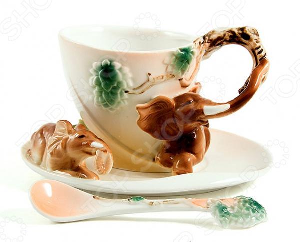 Чайная пара подарочная «Слоники»Чайные и кофейные пары<br>Чайный набор подарочный Слоники атрибуты для подачи чая на 1 персону. Оригинальная чашка, украшенная декоративными элементами. Яркий дизайн сделает набор красивым дополнением к чаепитию. Материал позволяет максимально сохранить полезные свойства и вкусовые качества воды. Этот набор станет приятным подарком для близкого человека, и будет напоминать о вас, каждый раз когда им будет необходимо воспользоваться. Для ухода рекомендуется регулярно удалять пыль, мыть тёплой водой с применением нейтральных моющих средств. Размер 16х14х12 см.<br>