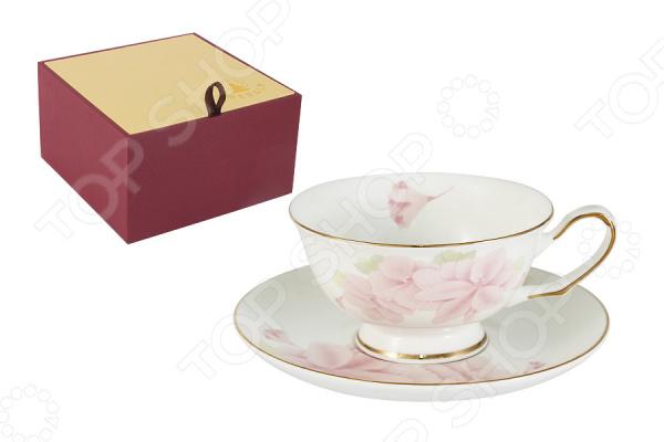 Чайная пара Emerald «Розовые цветы»Чайные и кофейные пары<br>Emerald это известный бренд, который представляет собой интернациональную группу дизайнеров из Англии, Германии и Восточной Азии. Высокое качество исполнения отличает продукцию этого бренда. Поверхность изделий покрыта сверкающей глазурью, которая не содержит свинца. Оригинальный дизайн, высокое качество продукции и яркая индивидуальность каждого изделия вот то, что делает продукцию по-настоящему удивительной! Чайная пара Emerald Розовые цветы это чудесный комплект на одну персону, который украсит любое чаепитие. Элементы пары сделаны из костяного фарфора, который отличается высоким качеством и мягкими линиями. Керамика хорошо удерживает тепло и очень богато смотрится на столе. Во время обеда или праздничного ужина вы сможете каждому гостю преподнести свою чайную пару, что точно понравится всем присутствующим.  В комплекте к каждой чашке идёт миниатюрное блюдце, которое идеально дополнит композицию. Все элементы украшает прекрасный детализированный рисунок. Каждая чашка представляет собой будто художественную картину, яркие краски переплетаются между собой и создают удивительное произведение искусства. Из таких чашек приятно не просто пить чай, а смаковать каждый глоток и наслаждаться вкусом насыщенного напитка. Красивая чайная композиция, восхитительный вкус чая и приятная компания вот залог хорошо проведенного вечера. В такой умиротворенной обстановке должен заканчивать каждый день, чтобы успокоиться и насладиться каждым прожитым мгновением. Чайная пара поставляется в индивидуальной подарочной упаковке, что делает продукцию отличным подарком на любой праздник!<br>
