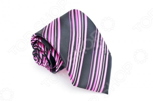 Галстук Mondigo 34557Галстуки. Бабочки. Воротнички<br>Галстук Mondigo 34557 это галстук из 100 микрофибры, украшен классическим узором, швы незаметные, ровные и обработанные лазером. Он подходит как для повседневной одежды, так и для эксклюзивных костюмов. Подберите галстук в соответствии с остальными деталями одежды и вы будете выглядеть идеально! В современном мире все большее распространение находит классический стиль одежды вне зависимости от типа вашей работы. Даже во время отдыха многие мужчины предпочитают костюм и галстук, нежели джинсы и футболку. Если вы хотите понравится девушке, то удивить ее своим стилем это проверенный метод от голливудских знаменитостей. Для того, чтобы каждый день выглядеть по-новому нет необходимости менять галстуки, можно сменить вариант узла, к примеру завязать:  узким восточным узлом, который подойдет для деловых встреч;  широким узлом Пратт , который прекрасно смотрится как на работе, так и во время отдыха;  оригинальным узлом Онассис , который удивит всех ваших знакомых своей неповторимый формой.<br>