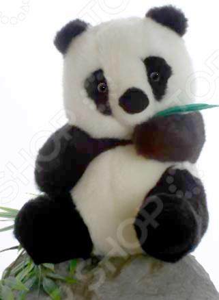 Мягкая игрушка для ребенка Hansa «Панда»Мягкие игрушки<br>Игрушка мягкая для ребенка Hansa Панда оригинальное изделие, созданное с особым вниманием к деталям. Мастера шьют и набивают игрушки вручную, чтобы добиться максимального сходства с настоящим животным. Кроме того, в качестве сырья используется специально обработанный искусственный мех. Это позволяет придать ему свойства, схожие с шерстью конкретного вида животных. Внутри игрушки предусмотрен проволочный каркас. Это изделие подойдет не только для игры, но и для оформления интерьера в различных детских учреждениях.<br>