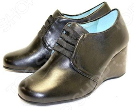 Туфли Klimini «Агния» (кожа) с эластичными лентамиТуфли<br>Обувь от KLIMINI безукоризненная, красивая и очень чувственная. Вы можете убедиться сами, что это именно та обувь, которую любят наши ноги. Отличное качество, комфорт, соответствие модным тенденциям, демократичные цены. Вся обувь производится из натуральной кожи высокого качества. При этом используются только лицевые кожи, что не позволяет обуви деформироваться под воздействием влажной погоды и долгой носки. Для окрашивания кожи в большинстве случаев применяются натуральные красители, а для придания блеска и дополнительных защитных свойств обувь обрабатывается специальными намазками на основе натуральных восков. Подошвы, каблуки и клей также экологически чистые материалы высокого качества. Стельки обуви из натуральной кожи обладают антибактериальными свойствами. Все эти особенности важны для здоровья ног и приятной долгой носки. Обувь Klimini очень удобна и не натирает. Причина такого счастья для ног в идеальной колодке и других деталях обуви, имеющих огромное значение для комфортной носки. Задники обуви имеют правильное соотношение жесткости и упругости, выполнены из специального материала, без складок, поэтому в процессе носки не натирают пятки и не оседают. В туфли ставятся носки и подноски из специального высококачественного материала, сделанного по европейской технологии. Это помогает обуви держать форму, не смотря на длительную носку и погодные условия. В туфли кладутся стельки из натурального латекса, что придает им особую мягкость и повышает комфорт. Обувь Klimini производится с учетом стандартов и особенностей анатомии стопы россиян. Это по достоинству оценивают абсолютно все покупатели! Очаровательные туфли с завышенной союзкой. Верх из кожи, на подъеме эластичные ленты. Подкладка из кожи нежного бирюзового цвета. Внутри ортопедическая латексная стелька. На широкую ногу с высоким подъёмом ИДЕАЛЬНО! Высота платформы: около 7,5 см. Рекомендуем подбирать обувь на размер больше!<br>