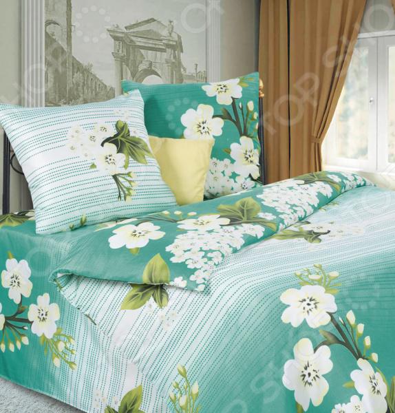 Комплект постельного белья DIANA P&amp;amp;W «Яблоневый цвет». 1,5-спальный1,5-спальные<br>Комплект постельного белья DIANA P W Яблоневый цвет это удобное постельное белье, которое подойдет для ежедневного использования. Чтобы ваш сон всегда был приятным, а пробуждение легким, необходимо подобрать то постельное белье, которое будет соответствовать всем вашим пожеланиям. Приятный цвет, нежный принт и высокое качество ткани обеспечат вам крепкий и спокойный сон. Микрофибра, из которой сшит комплект отличается следующими качествами:  достаточно мягка и приятна на ощупь, не имеет склонности к скатыванию, линянию, протиранию, обладает повышенной гигроскопичностью, практически не мнется, не растягивается, не садится, не выгорает, гипоаллергенна, хорошо отстирывается и не теряет при этом своих насыщенных цветов;  современное нанесение рисунка прекрасно передаёт цвет и мельчайшие детали изображения;  за счёт специального переплетения волокон ткань устойчива к механическим воздействиям.  Перед первым применением комплект постельного белья рекомендуется постирать. Перед стиркой выверните наизнанку наволочки и пододеяльник. Для сохранения цвета не используйте порошки, которые содержат отбеливатель. Рекомендуемая температура стирки: 40 С и ниже без использования кондиционера или смягчителя воды. Постельное белье позволит разнообразить весь ваш интерьер. Ведь застеленная таким красивым комплектом кровать не может не привлекать взгляд. Приятная цветовая гамма и классический рисунок наполнят спальню особым шармом и теплом. Каждая минута, проведенная в комнате, будет вызывать исключительно приятные эмоции. Если к вам внезапно заглянут гости, то они без сомнения оценят ваш удачный вкус. Этот комплект может стать прекрасным подарком на свадьбу или удачным подарком на любой праздник для ваших знакомых или родных!<br>