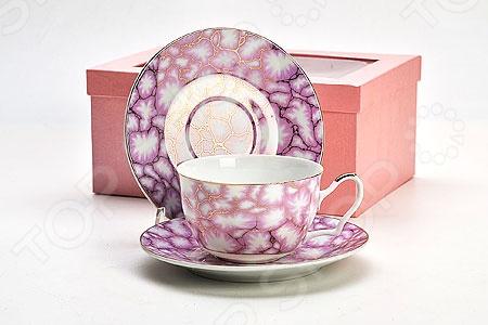 Чайный набор Loraine LR-20987Чайные и кофейные сервизы и наборы<br>Сервировка чайного столика не менее важна, чем сервировка основного праздничного стола, ведь качественная и красивая посуда позволит не только в полной мере насладиться напитком, но и получить эстетическое удовольствие от самого чаепития. Яркий и красивый чайный набор Loraine LR-20987 рассчитан на 2 персоны, поэтому он будет уместно смотреться, как на романтических встречах за чашечкой чая или кофе, так и на дружеских посиделках. Аккуратные чашечки и блюдца выполнены из высококачественного костяного фарфора. Однако несмотря на свою внешнюю хрупкость, они отличаются прочностью, легкость, практичностью и эстетичностью. Он легко справляется с температурами, а качественное покрытие не позлит внутренней стороне потемнеть, даже если вы предпочитаете очень крепкий чай или кофе. Яркий и красочный дизайн с оригинальным абстрактным рисунком является дополнительным преимуществом набора, которое оценят даже самые взыскательные ценители стиля и красоты. Чайный набор Loraine LR-20987 станет идеальным и незаменимым подарком, который по достоинству оценят ваши друзья и близкие! Набор упакован в подарочную коробку.<br>