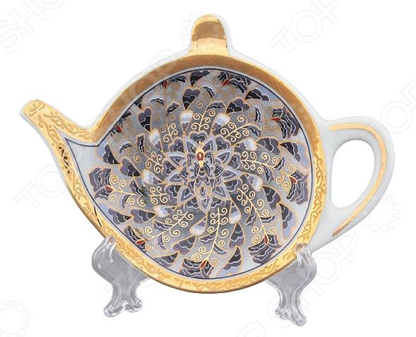 Подставка под чайные пакетики Elan Gallery «Калейдоскоп»Чайные аксессуары<br>Если вы предпочитаете травяной чай или чай в пакетиках всегда возникает вопрос куда потом положить мокрый пакетик На блюдце с кружкой не удобно, так можно и чашку запачкать, и одежду. На стол не культурно, да и что гости подумают! Искать мусорный пакет, чтобы выкинуть долго, и к тому же чай успеет остыть. Подставка под чайные пакетики Elan Gallery Калейдоскоп станет стильным и практичным решением этой извечной проблемы. С ней чаепитие будет приносить только радость и комфорт! Больше никаких разводов и грязных пятен на столе, эта компактная розетка-подставка оставит ваш кухонный стол чистым и опрятным. Подставка выполнена из качественной керамики, которая отличается прекрасными износостойкими характеристиками:  ей не страшны ни высокие температуры, ни следы от слишком крепкого напитка;  не теряет свои качества даже после многолетнего использования;  долговечна при правильном и аккуратном обращении;  не выделяет неприятного запаха при нагревании. Изделие выполнено в форме небольшого заварного чайника и оформлено оригинальным дизайнерским узором. Подставка также отличается простотой в уходе, её достаточно вымыть водой с обычными моющими средствам и она готова к новым испытаниям. Не используйте абразивные моющие средства.<br>