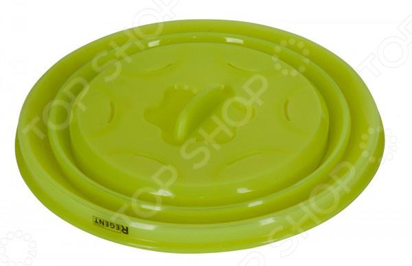 Крышка силиконовая складная Regent SiliconeКрышки для посуды<br>Крышка силиконовая складная Regent Silicone отличный выбор для тех, кто любит оригинальные и практичные вещи на кухне. Силиконовый корпус легко и компактно складывается и раскладывается для удобной переноски и хранения. Крышка предназначена для герметичного закрытия любой посуды. Края изделия плотно прилегают к посуде, не пропуская воздух и посторонние запахи. Эта посуда сохранит ваши продукты свежими гораздо дольше. Также, эту крышку невозможно разбить, что делает ее очень практичной и безопасной. Силиконовая основа способна выдержать высокие температуры, позволяя использовать ее в духовках и микроволновых печах. Также, крышку можно ставить в морозильную камеру и мыть в посудомоечной машине. Данная модель отличается повышенной износостойкостью, обладает защитой от деформации и не выделяет вредные компоненты при охлаждении или нагревании.<br>