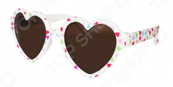 Очки солнцезащитные детские Росмэн «Сердечко с цветами»Аксессуары к одежде для детей<br>Очки солнцезащитные детские Росмэн Сердечко с цветами помогут надежно защитить глаза от вредного воздействия солнечного света. Особый дизайн подчеркнет индивидуальность и неповторимый стиль ребенка. Линзы очков выполнены из ударопрочного пластика. Очки надежно защищают глаза, фильтруя большой процент ультрафиолета. Удобные дужки комфортно прилегают к голове и почти не ощущаются.<br>